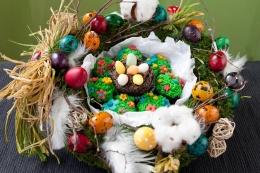 Coronița de Paște plină de brioșe cu ciocolată